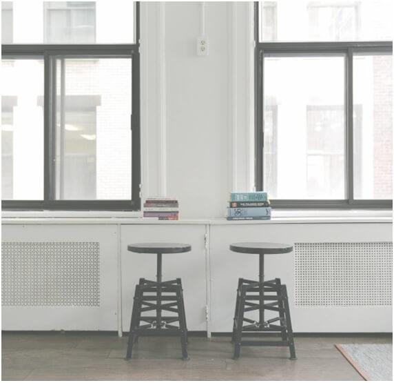 Dos taburetes en una habitación con ventanas